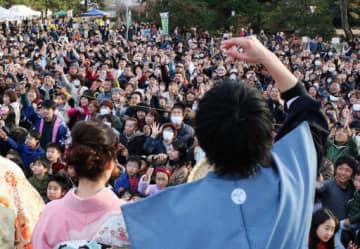 福山城で日本一早い豆まき 親子連れ7000人にぎわう 太鼓演奏や昔の遊びも