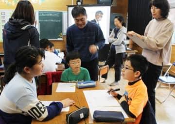 授業の中で地震が起きた場合の避難場所について考える児童ら=中津市耶馬渓町の下郷小