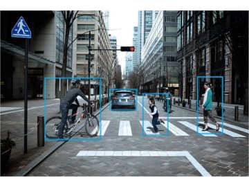 SUBARUは国内自動車メーカーのなかで先行して衝突被害軽減ブレーキを含む安全運転支援システム「SUBARU iSight(アイサイト)」を搭載、その最新バージョンの作動イメージ、先行車、歩行者、自転車をも補足して作動する