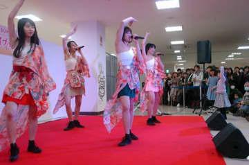 詰め掛けたファンから熱い声援を受けたりんご娘の(左から)ジョナゴールドさん、ときさん、王林さん、彩香さん