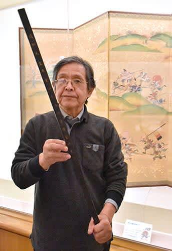 復元した最上義光の指揮棒を持つ上林恒平さん=山形市・最上義光歴史館