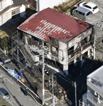 火災があった千葉県流山市のアパート=5日午前11時5分(共同通信社ヘリから)
