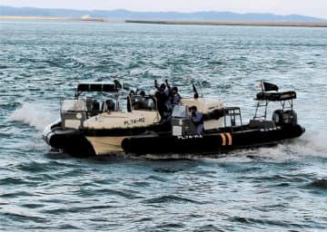 2隻の黒い特警船が連携し、白い不審船を挟撃した