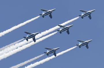 編隊飛行するブルーインパルス=2019年3月、愛知県の航空自衛隊小牧基地周辺
