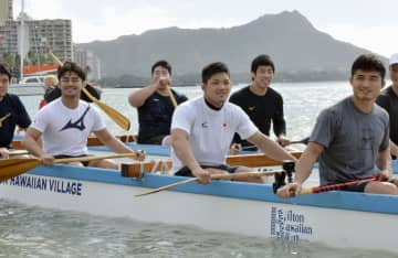 米ハワイでの強化合宿でカヌーを体験する柔道男子の丸山城志郎(手前右)と大野将平(同中央)ら=4日、ホノルル(共同)