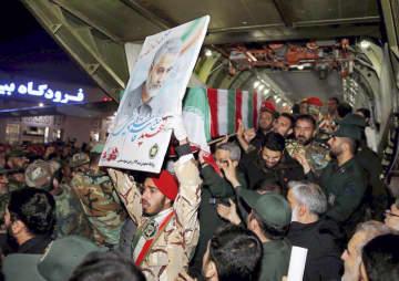 米軍に殺害された「コッズ部隊」のソレイマニ司令官のひつぎを運ぶ人々=5日、イラン南西部アフワズ(ファルス通信/WANA提供、ロイター=共同)