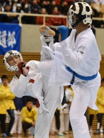 男子個人5回戦で攻める山村拓司(左)=ジップアリーナ岡山