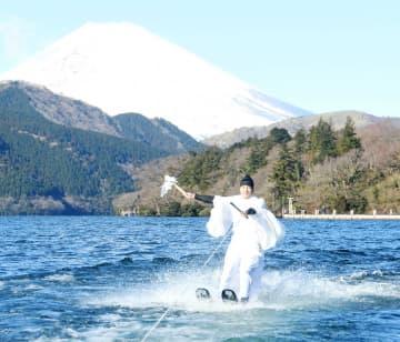 富士山を背に湖を疾走する大学生=箱根町の芦ノ湖