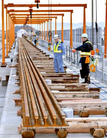 溶接を終え、敷設に備えて平積みされている200メートルのレール=2019年12月24日、福井県福井市寺前町