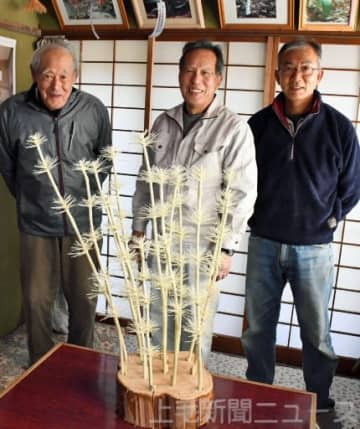体験会への参加を呼び掛ける(左から)松島敏夫さん、山崎祐司会長、松島和男さん。手前は削り花
