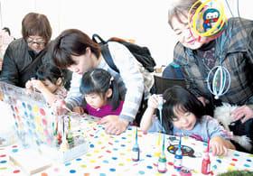 ディンプルアートで着色を楽しむ子どもたち