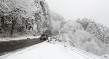 真っ白に雪化粧した比叡山山頂付近(5日午前10時23分、京都市左京区)