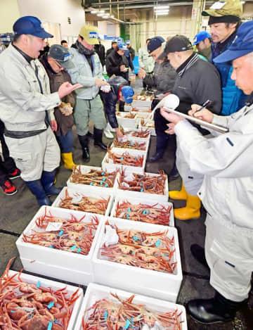 競り人の威勢のよい掛け声が響いた初競り=1月5日午前5時ごろ、福井県の福井市中央卸売市場
