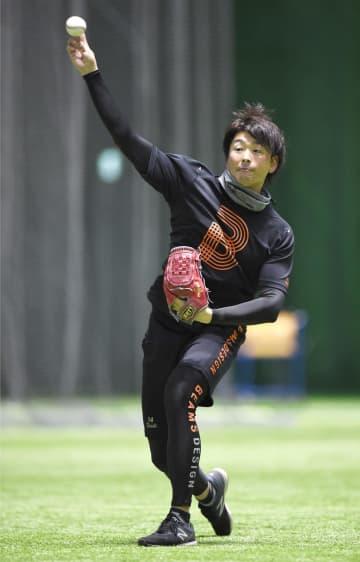 マツダスタジアムの室内練習場で練習を公開した広島・大瀬良=6日