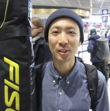 欧州遠征への出発前に取材に応じるノルディックスキー複合の渡部暁斗=6日、成田空港