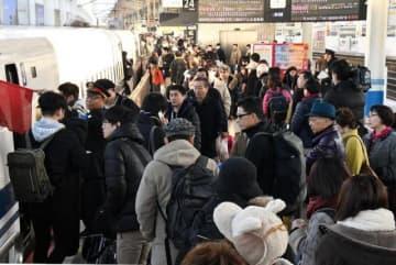 Uターンの家族連れらで混雑するJR岡山駅新幹線上りホーム=4日午前8時58分