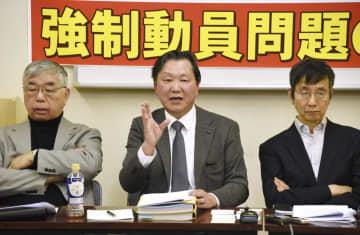 元徴用工問題で協議会の設立構想を発表する川上詩朗弁護士(中央)ら=6日午後、東京都内