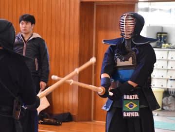宮崎北高の剣道部の初稽古に参加したブラジルの生徒(右)