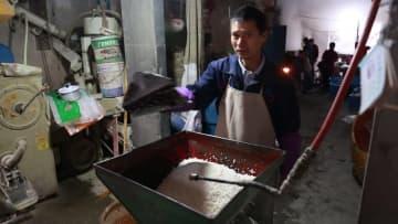 春節に向け伝統の餅づくり 浙江省寧海県