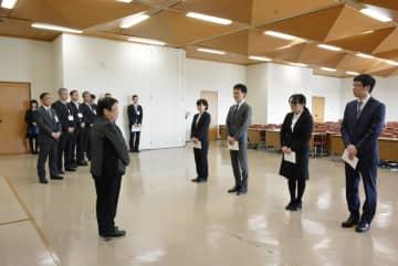 兵庫県宝塚市の辞令交付式で中川智子市長(手前左)から激励を受ける「就職氷河期世代」の合格者=6日、宝塚市役所(同市提供)