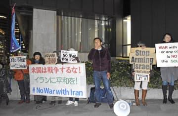 イラン革命防衛隊の司令官殺害を巡り、米国大使館の前で抗議する市民ら=6日午後、東京都港区