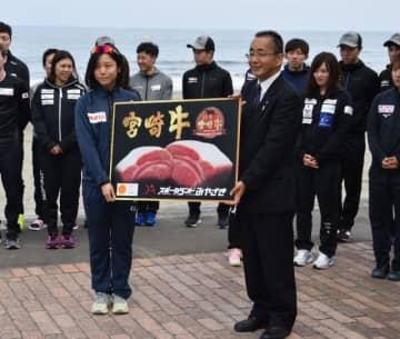 スピードスケート日本、本県で合宿中 高木美帆選手らに県産品
