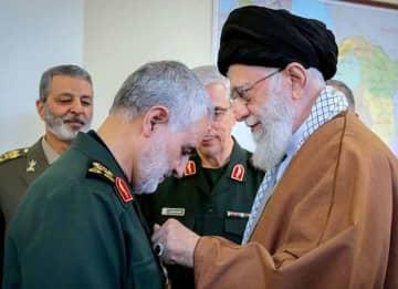 Qasem Soleimani received Zolfaghar Order from Ali Khamenei