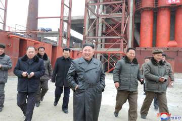 肥料工場の建設現場を視察する北朝鮮の金正恩朝鮮労働党委員長(朝鮮中央通信=共同)