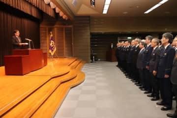 職員を前に年頭訓示する花岡県警本部長=6日、新潟市中央区