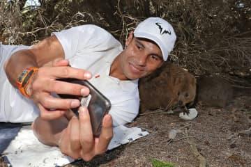 写真はオーストラリアのパースで記念撮影するナダル