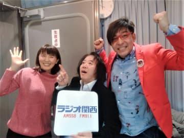 ラジオ番組『週明けクマチャンネル』(ラジオ関西)パーソナリティーのクマガイタツロウ、塩田えみと写真に収まる、西村友(写真:ラジオ関西)