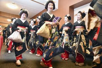 京都の花街の仕事始めに当たる「始業式」に臨む芸舞妓=7日、京都市