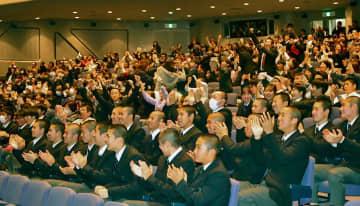 初の単独優勝に歓声を上げる桐蔭学園高の生徒たち=横浜市青葉区