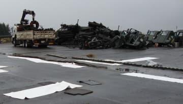 安全な手順を取らなかったため、民間業者の基地内作業場から廃油、燃油や変速機用オイルなどが漏れ出した現場。米空軍が情報公開制度により開示した(2015年11月、米軍横田基地)
