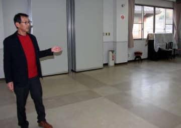 小屋浦ふれあいセンターの避難スペースを説明する下川さん