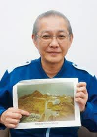 1965年ごろのチキウ岬灯台の写真を手に、住んでいた宿舎を指差す尾形次長