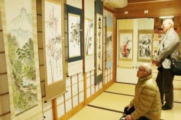 書や水墨画を掛け軸に仕立てた英華会の展示会