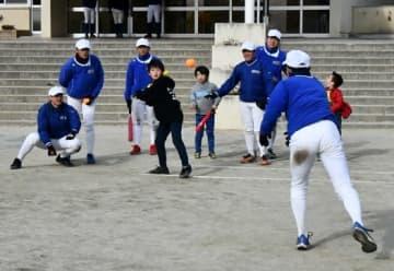 子どもたちとミニゲームで交流した野球部員