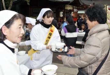 七草がゆを参拝客に振る舞う椿神社敬神婦人会の会員ら