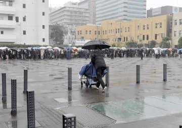 初公判の傍聴を希望する障害者らも多く駆け付けた。激しい雨が降る中、冷え込む野外での列に戸惑う人たちが相次いだ=8日午前9時50分ごろ、横浜市中区