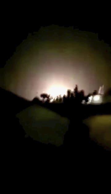 イランが発射したミサイルで爆発したと思われる、米軍が駐留するイラクのアサド空軍基地周辺=8日(現地メディア提供・ロイター=共同)
