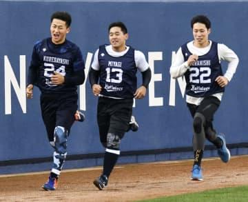 オリックスの新人合同自主トレーニングに参加した(左から)紅林、宮城、村西=大阪市