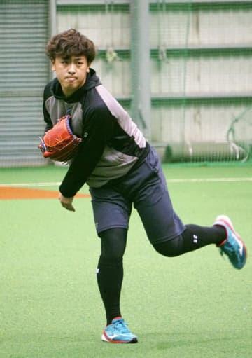 新人合同練習でキャッチボールする日本ハムのドラフト1位の河野=千葉県鎌ケ谷市
