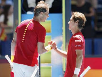 スペインのラファエル・ナダル(左)にシングルスで敗れた西岡良仁=パース(AP=共同)