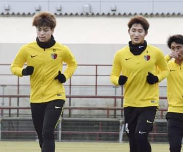 始動日の練習でランニングする鹿島・永戸(左)。右隣は和泉=茨城県鹿嶋市