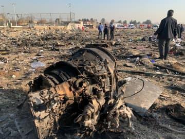 8日、イラン・テヘランの空港付近でウクライナの旅客機が墜落した現場(ゲッティ=共同)