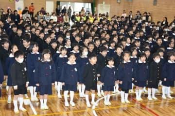 復旧した体育館での始業式で元気よく校歌を歌う児童