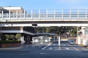 米海軍横須賀基地の正門前は落ち着いた様子だった=横須賀市本町2丁目
