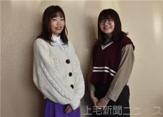 グランプリを受賞した安藤さん(左)と、出演した県立女子大4年の飯塚美沙さん