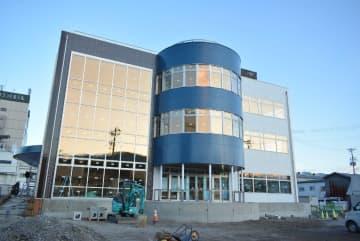 外観が完成した久慈駅前複合施設「よむのす」。7月上旬にオープンする=昨年12月